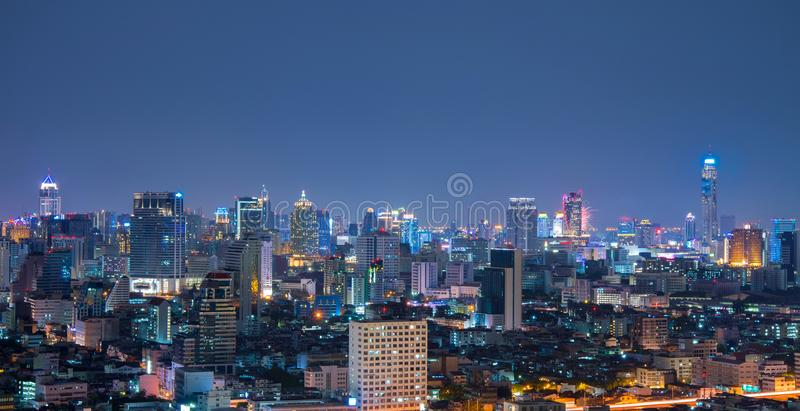 曼谷都市地平线鸟瞰图在晚上 库存照片