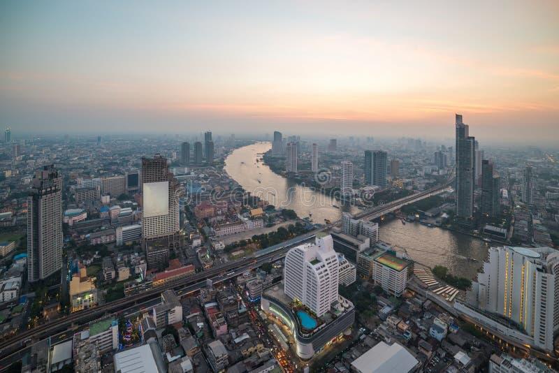 曼谷都市风景和查奥Praya河鸟瞰图  免版税库存图片