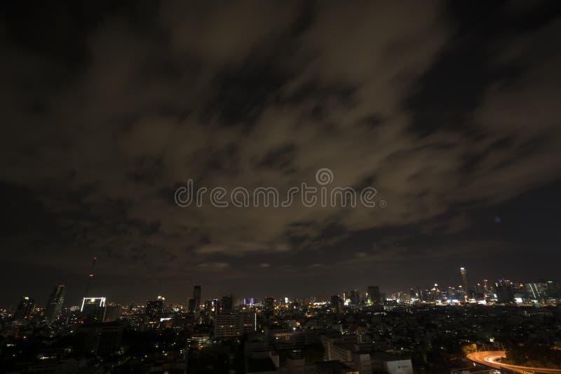 曼谷都市风景在晚上,交通在城市 免版税库存图片
