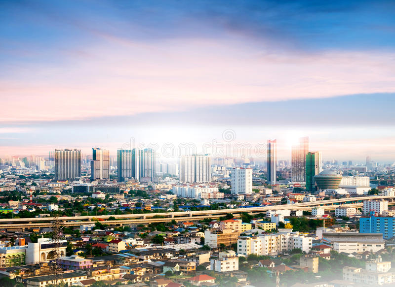 曼谷都市风景,在日落的高大厦 图库摄影