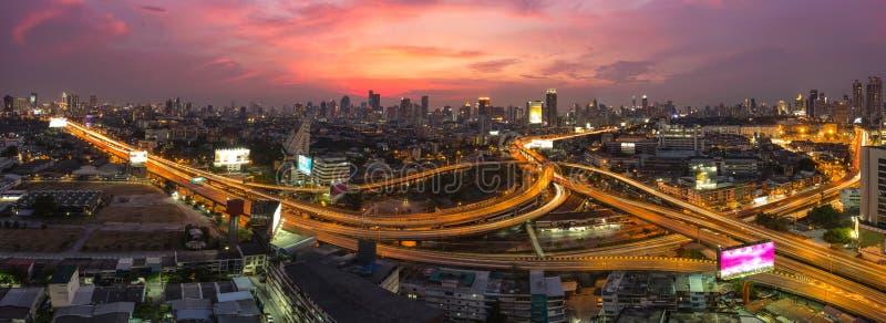 曼谷高速公路和高速公路顶视图,与traffi的夜场面 免版税图库摄影