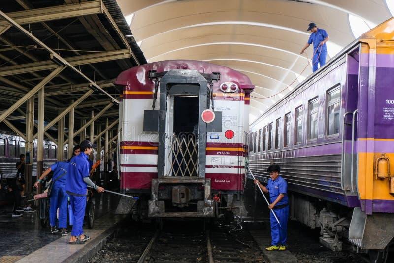 曼谷,泰国–2018年11月30日:清洗火车的雇员在火车站 免版税库存图片