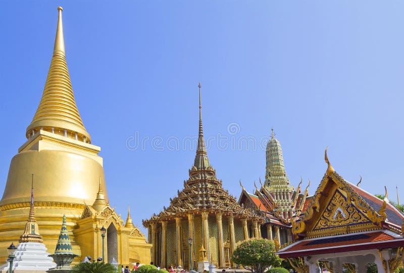 曼谷,泰国,鲜绿色菩萨曼谷玉佛寺的寺庙在奥斯陆王宫 金黄stupa 免版税库存图片