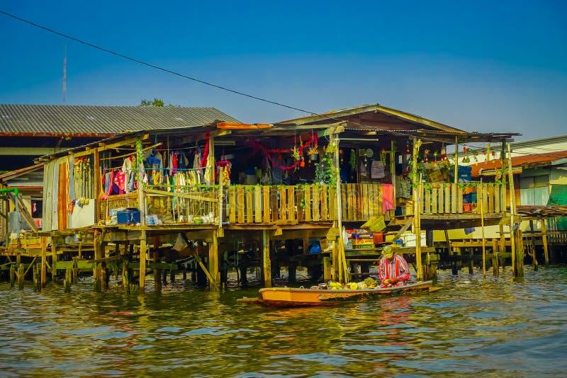 曼谷,泰国, 2018年2月08日:室外观点的小船的未认出的人,浮动市场在泰国 库存照片
