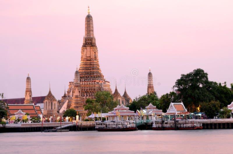 曼谷,泰国:桃红色日落的黎明寺。 免版税库存照片