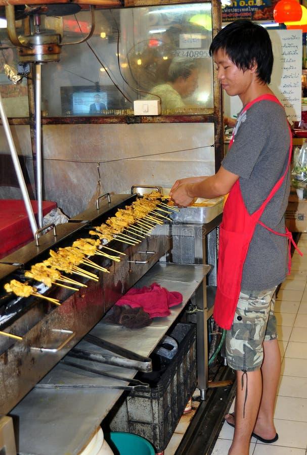 曼谷,泰国: 人标号鸡Satay 免版税库存图片