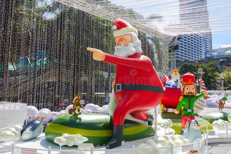曼谷,泰国:2017年12月3日与圣诞树的圣诞节装饰,圣诞老人雕塑、驯鹿和其他动画片 图库摄影