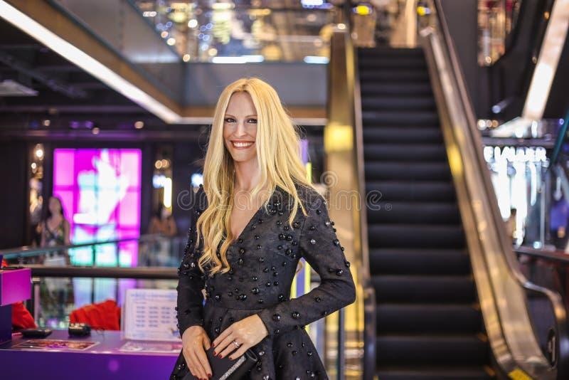 曼谷,泰国- 30个Dec2016 :茱莉娅・罗伯茨杜莎夫人蜡象馆立场蜡象与大微笑的 图库摄影