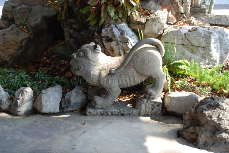 曼谷,泰国- 12 25 2012年:一头狮子的石雕塑在佛教寺庙的 库存图片