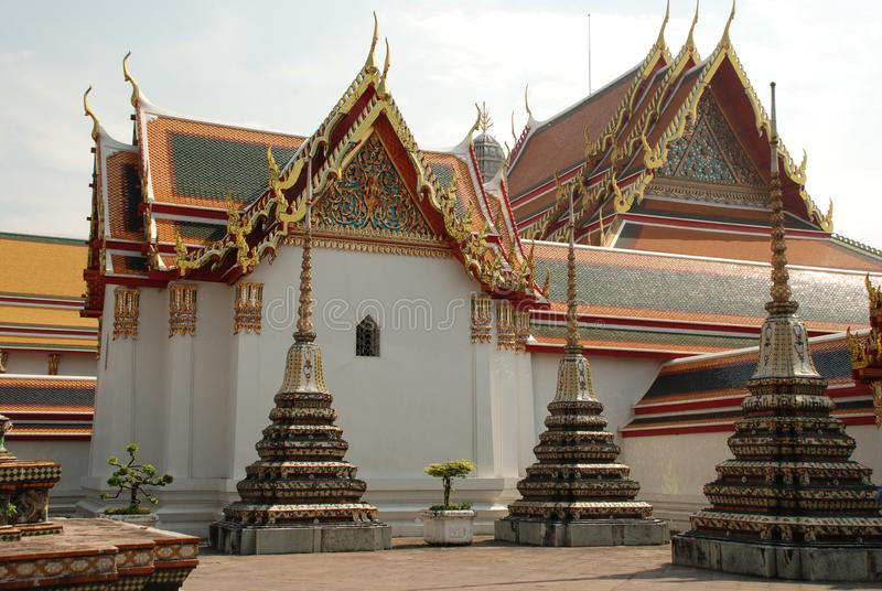 曼谷,泰国- 12 25 2012年:美丽的多彩多姿的雕塑和纪念碑在佛教寺庙 免版税库存照片