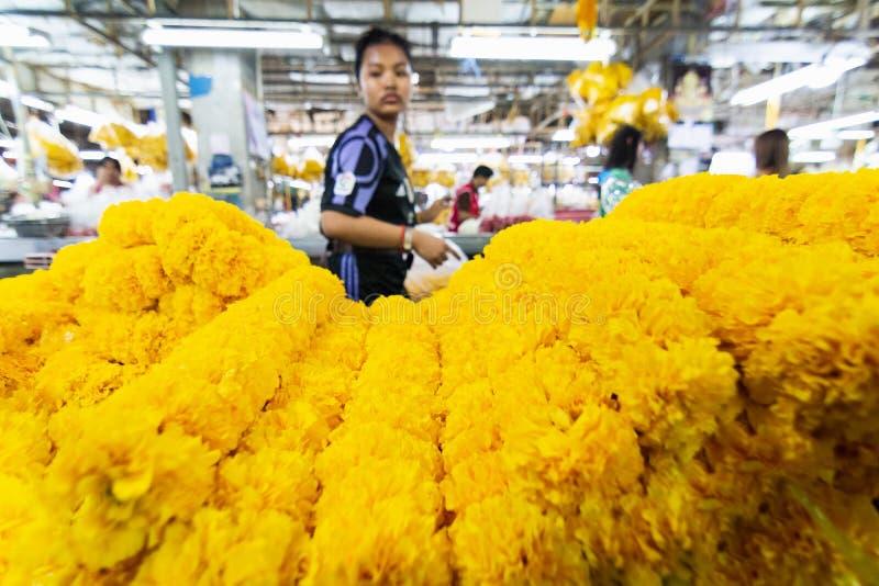 曼谷,泰国- 2019年3月:卖万寿菊花的妇女在市场上 免版税库存照片