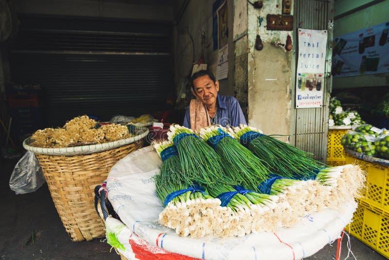 曼谷,泰国- 2019年3月:卖春天葱的人在街市上 图库摄影
