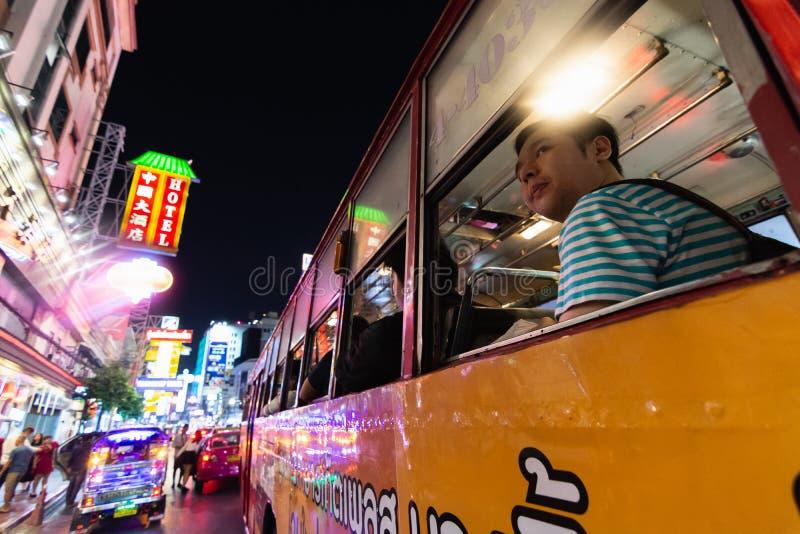 曼谷,泰国- 2019年3月:驾驶在公交车的人通过中国镇夜市 免版税图库摄影