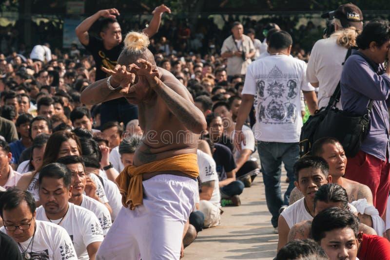 曼谷,泰国- 2018年3月:sak yant节日的参加者在恍惚跌倒图片