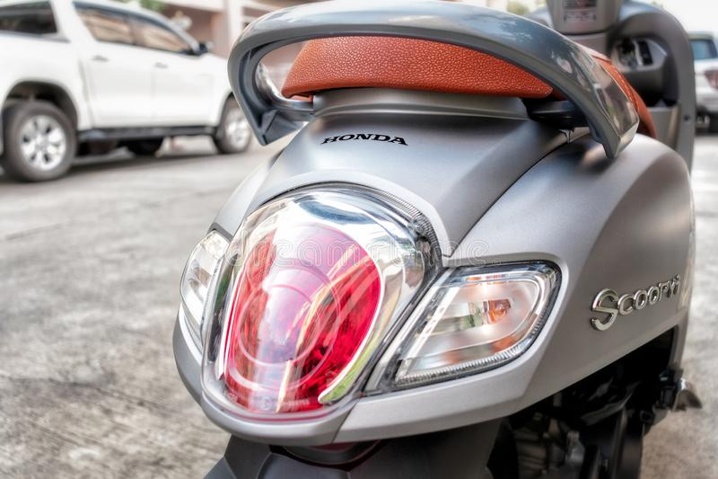 曼谷,泰国- 2019年4月03日:一部全新的2019年本田Scoopy i俱乐部12小型摩托车的尾端 库存照片