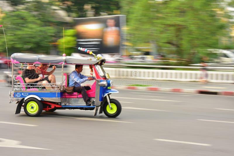 曼谷,泰国- 2017年1月21日:三转动Tuk Tuk出租汽车或三转动在一条街道上的自行车在泰国首都,是a 库存图片