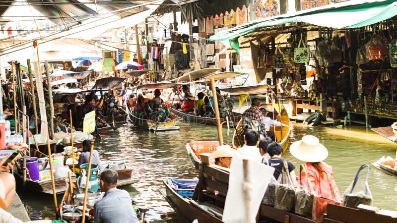 曼谷,泰国- 2016年3月17日:与地方和游人的浮动市场混和了生活方式 库存照片
