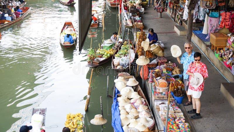 曼谷,泰国- 2016年3月17日:与地方和游人的浮动市场混和了生活方式 库存图片