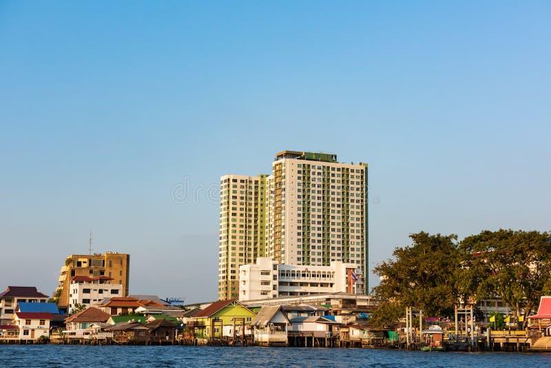 曼谷,泰国- 2016年1月20日:与沿晁Phra Ya河的议院和公寓大厦 一次参观向曼谷不会是 免版税库存图片