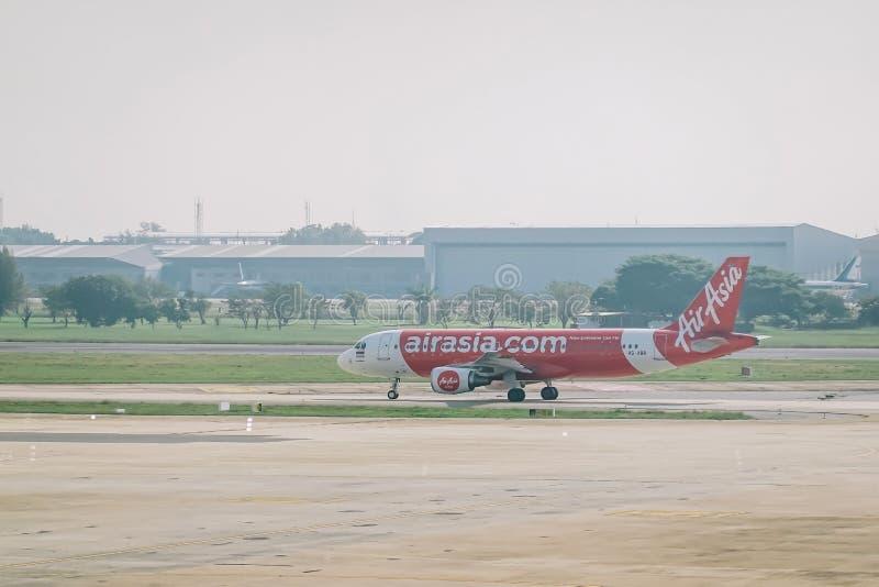 曼谷,泰国- 2018年11月22日:亚洲航空空中客车A320早晨离开在廊曼国际机场泰国 库存照片