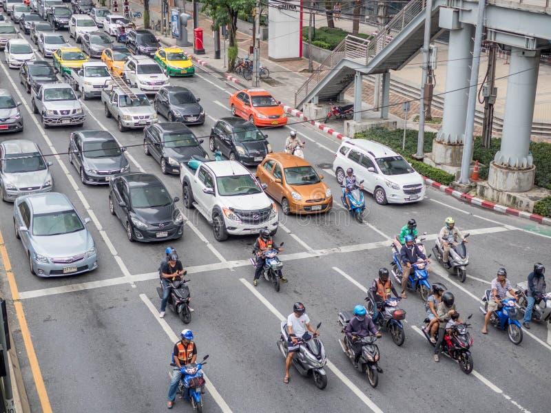 曼谷,泰国- 2018年10月6日:交通临近在一条繁忙的路的高压封锁在市中心 trraffic的城市 库存照片