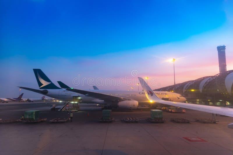曼谷,泰国- 2019年4月10日:停放在机场商业空中飞机的舷梯服务的空中飞机在登陆在日出以后/ 库存图片