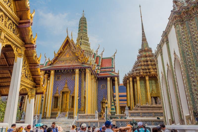 曼谷,泰国- 2018年1月26日:参观曼谷玉佛寺(Wat Phra Sri拉塔纳Satsadaram)的游人在曼谷,泰国 免版税库存图片