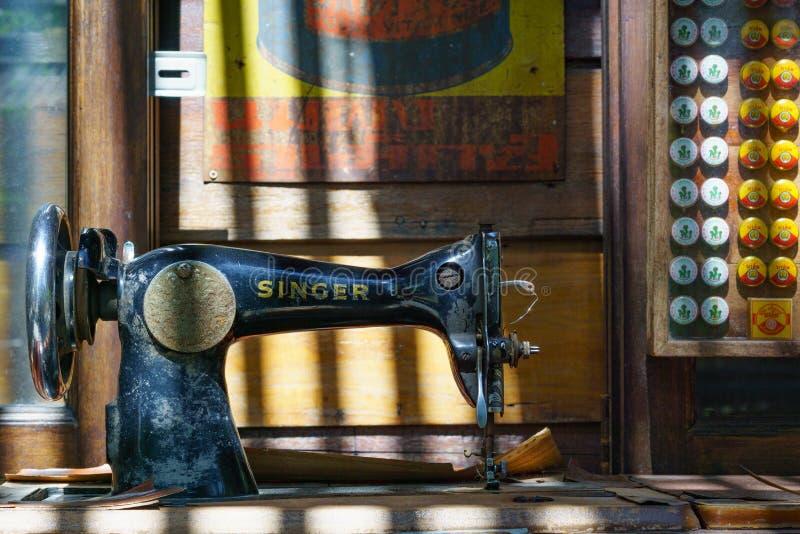 曼谷,泰国- 2017年11月29日:古色古香的缝纫机罪孽 库存图片