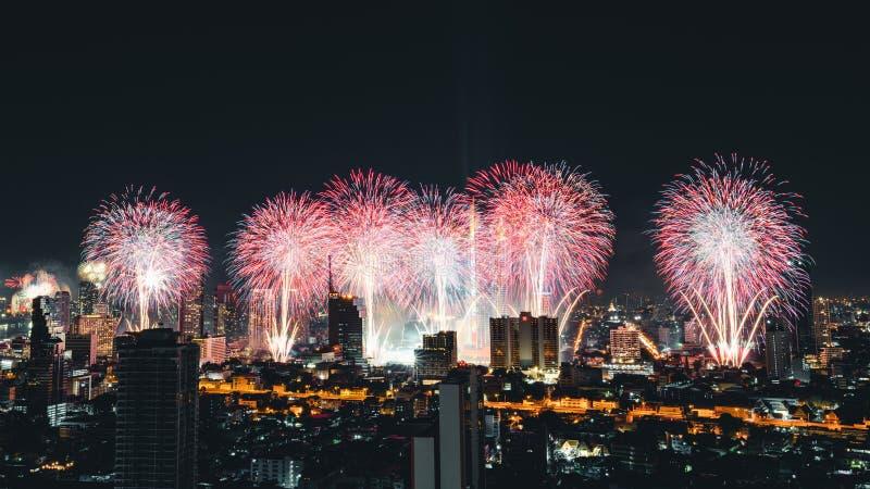 曼谷,泰国- 2019年1月1日:在新年快乐2019年庆祝事件的美丽的烟花由Chaophraya河在曼谷市 库存照片