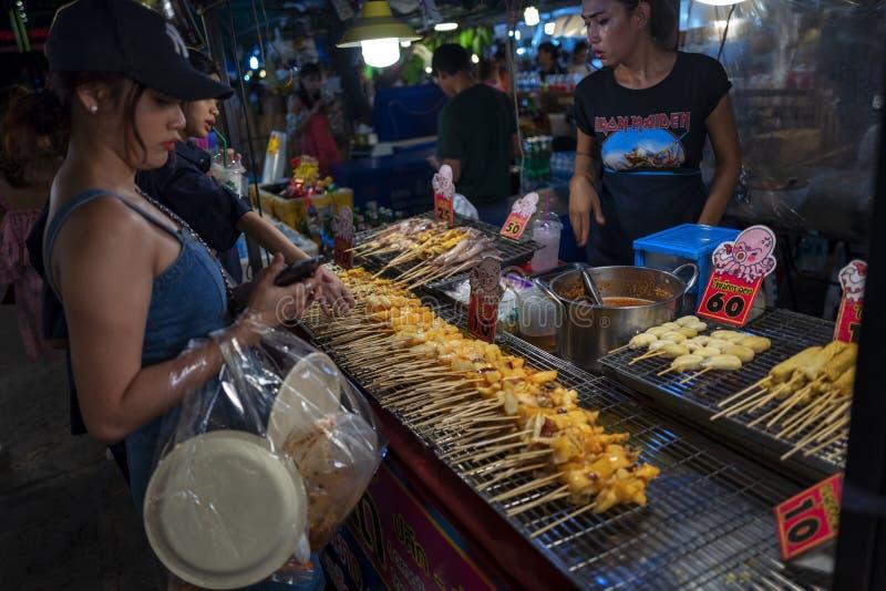 曼谷,泰国- 2019年5月21日:在火车夜市Ratchada的街道食物 免版税图库摄影