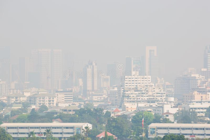 曼谷,泰国- 2018年12月21日:在烟雾下的办公楼在曼谷 库存照片