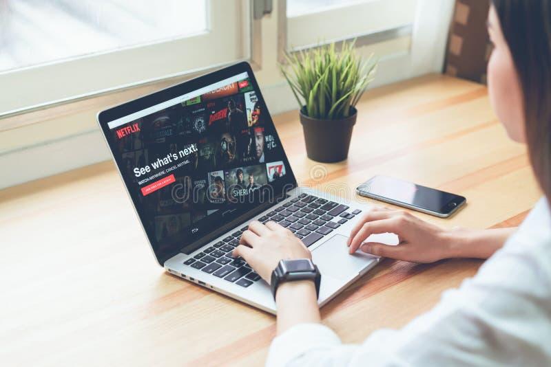 曼谷,泰国- 2018年5月08日:在膝上型计算机屏幕上的Netflix app Netflix是一项国际主导的订阅服务 免版税库存照片