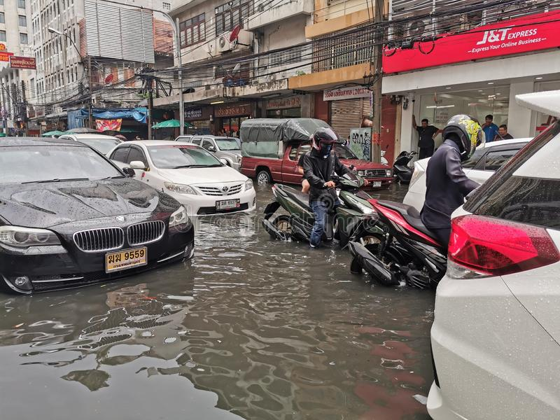 曼谷,泰国- 2019年6月8日:在被充斥的街道上的汽车通行在大雨期间在曼谷 免版税库存照片
