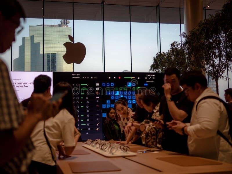曼谷,泰国- 2018年11月12日:在iconsiam的苹果计算机商店新的自由雇用企业在曼谷,泰国 库存图片