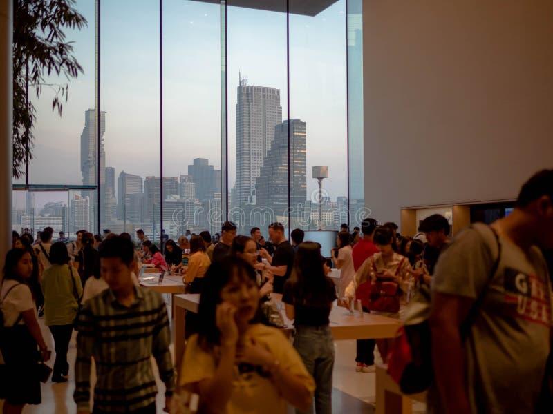 曼谷,泰国- 2018年11月12日:在iconsiam的苹果计算机商店新的自由雇用企业在曼谷,泰国 库存照片