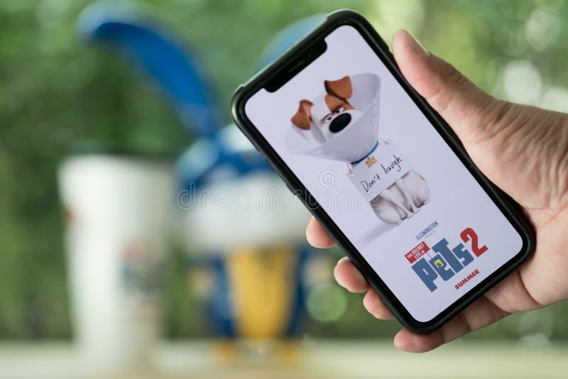 曼谷,泰国- 2019年6月2日:宠物2在手机的电影商标秘密生活是美国人3D喜剧影片 免版税库存照片