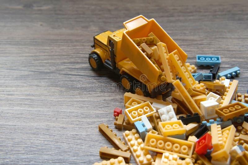 曼谷,泰国- 2019年4月01日:小组lego玩具和一辆卡车在木背景 免版税库存照片