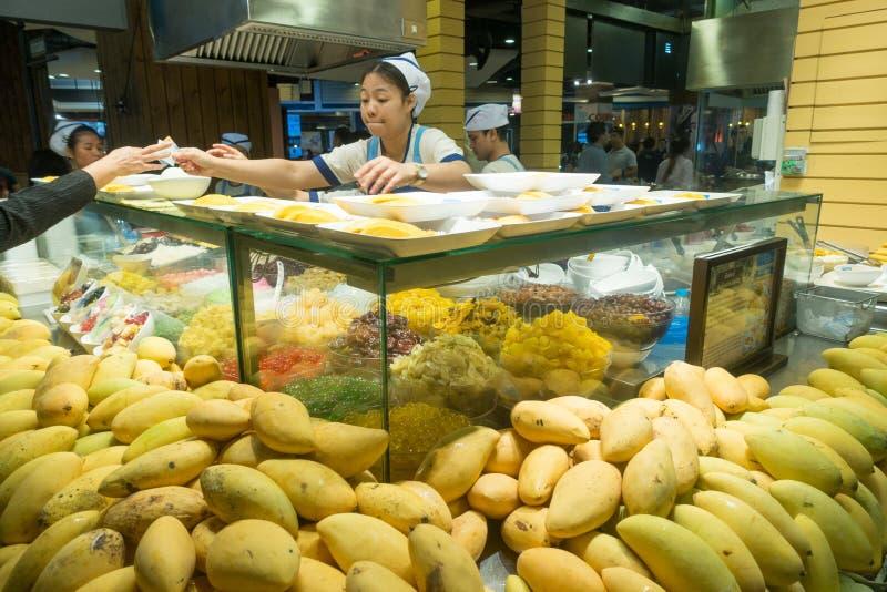 曼谷,泰国- 2017年12月26日:未定义亚裔卖主在一个商城终端21卖芒果盘在曼谷 库存图片