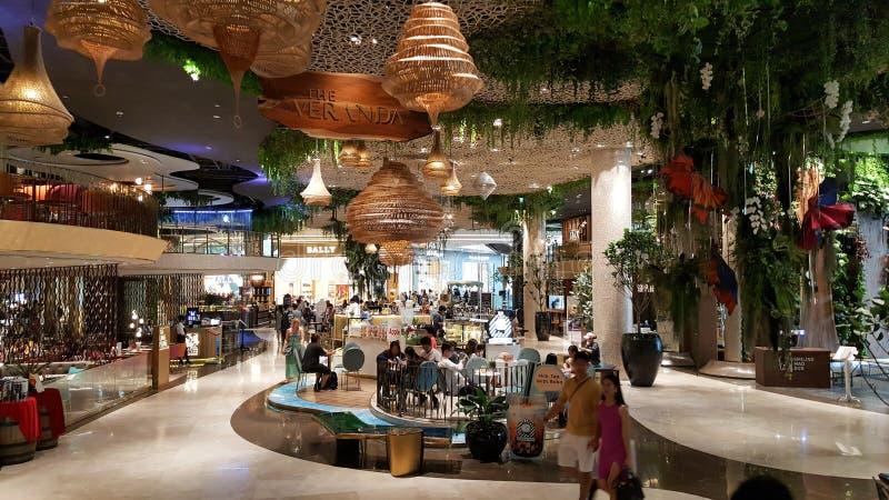 曼谷,泰国- 2019年5月4日:现代豪华室内设计在Iconsiam,是在昭拍耶河的混杂用途发展 库存照片