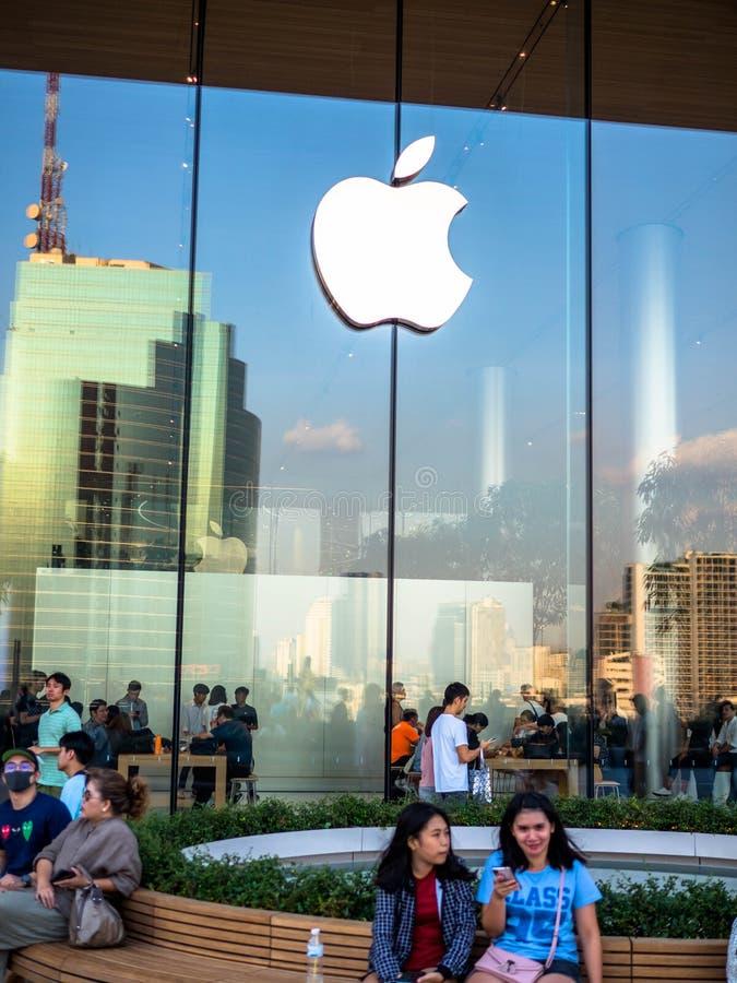 曼谷,泰国- 2018年11月12日:苹果计算机忠诚的顾客参观新的苹果零售店在iconsiam在曼谷,泰国 免版税库存图片