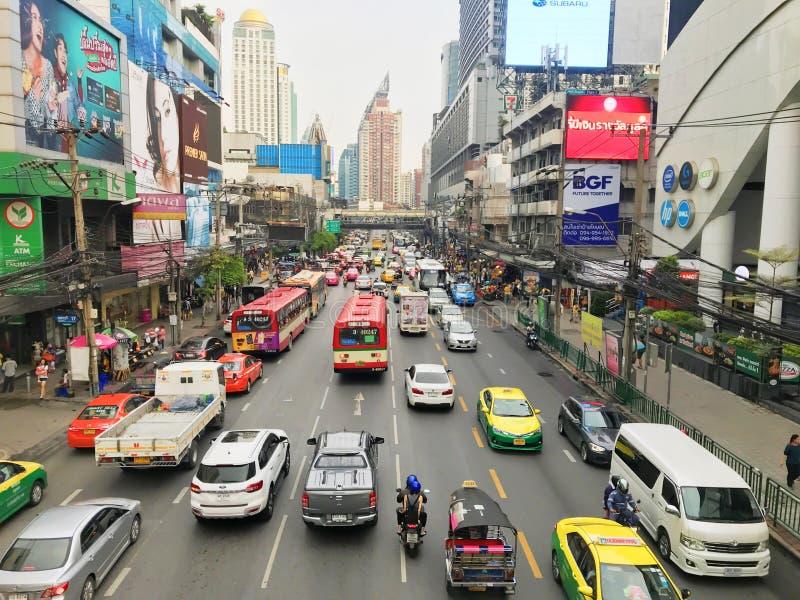 曼谷,泰国- 2018年10月13日:许多汽车、公共汽车和摩托车导致堵车在Phetchaburi路有天桥 库存照片