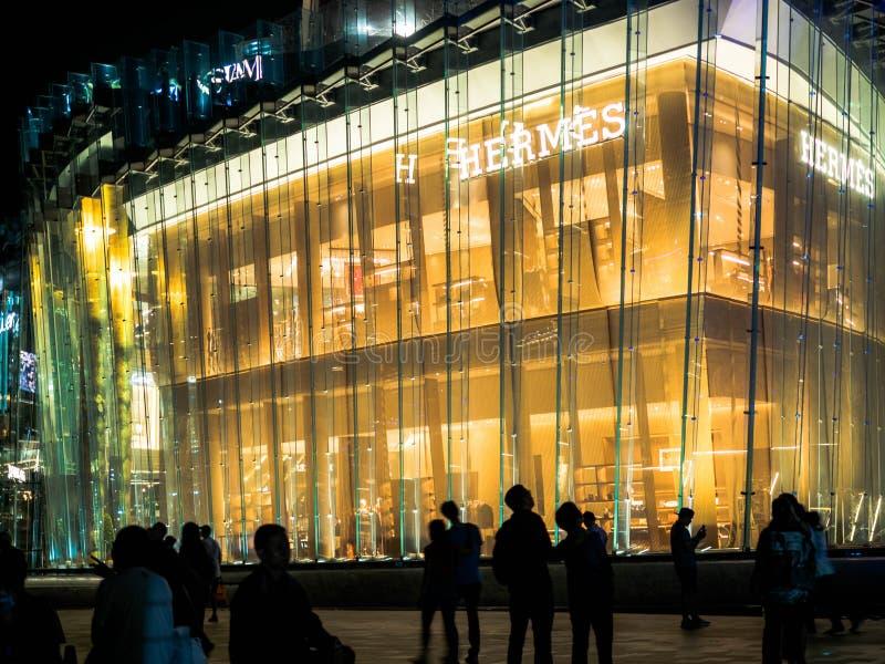 曼谷,泰国- 2018年11月14日:赫姆斯超级豪华品牌在有许多购物的商店的iconsiam百货店 库存照片