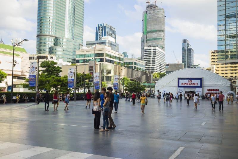 曼谷,泰国- 2015年6月29日:走在中央世界大厦,曼谷前面的宽敞边路的人们 高的大厦 免版税库存照片