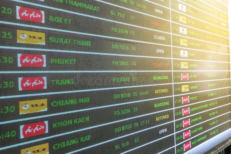 曼谷,泰国- 2019年5月1日:飞行到来离开日程表数字时间表板 免版税库存照片