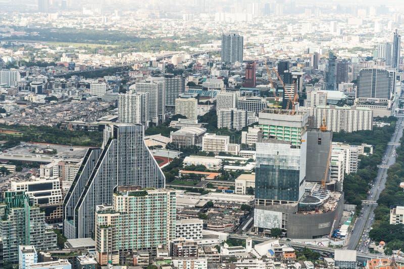 曼谷,泰国- 2018年11月20日:高楼、家、公路交通和建设中站点都市风景空中顶视图  库存照片