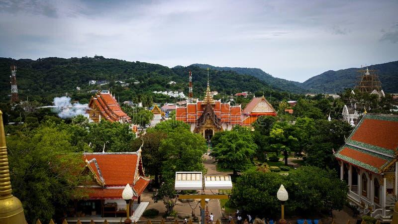 曼谷,泰国- 2019年6月17日:Chaiyathararam寺庙俯视图,佛教寺庙非常美好,位于普吉岛 库存照片