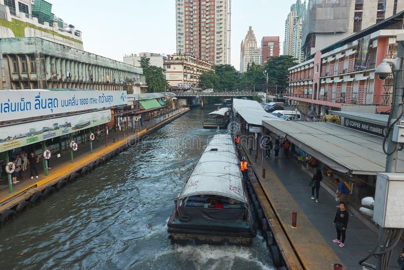 曼谷,泰国- 2017年12月7日:Khlong Saen Saep明确小船 远航乘在khlong的longtail小船saen saep是一个tr 免版税库存图片