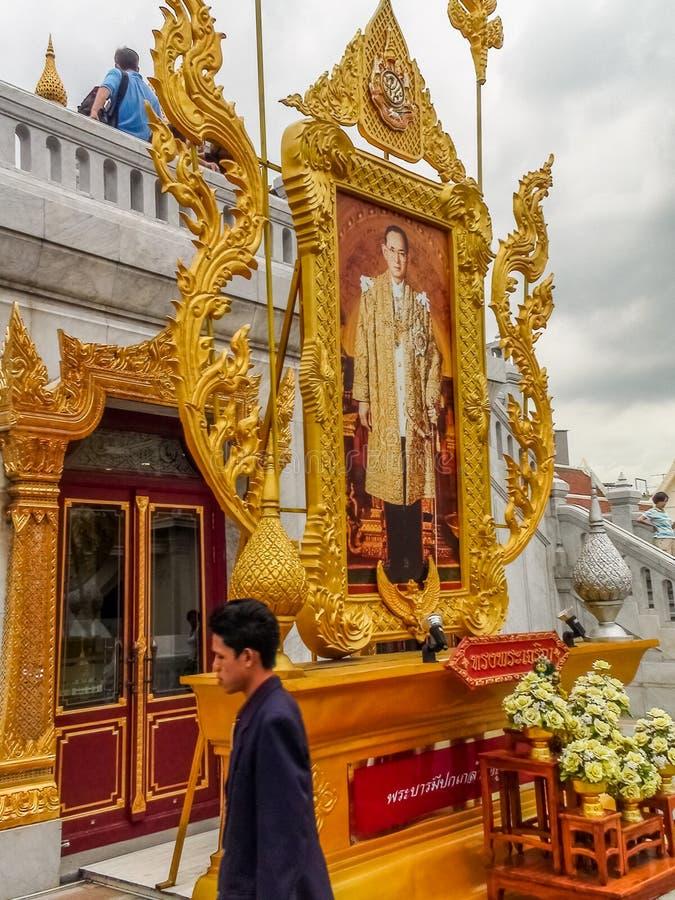 曼谷,泰国- 2011年8月08日:Rama国王画象显示IX在Wat Tramit的一个被镀金的框架在唐人街 库存照片