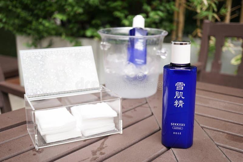 曼谷,泰国- 2019年3月27日:SEKKISEI化妆水照片与后边棉花和冰桶的 SEKKISEI化妆水是畅销品 图库摄影
