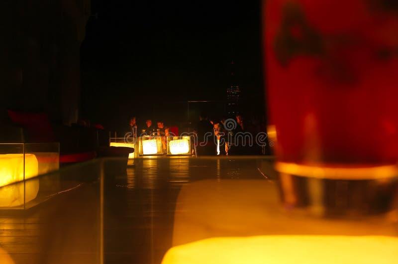 曼谷,泰国- 2014年4月28日 享受夜和好党大气在城市的大阳台的人会议  库存图片